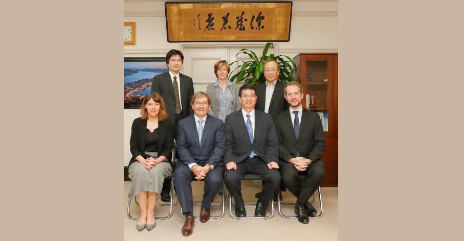 Renaud Mahieux (en bas à droite sur la photo), en 2015 à l'Université de Tokyo, Japon